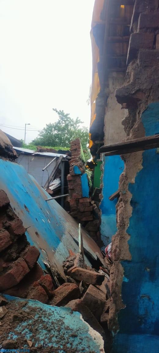 कन्हान झालेल्या पावसाने राय नगर येथील घराची भिंत पडली